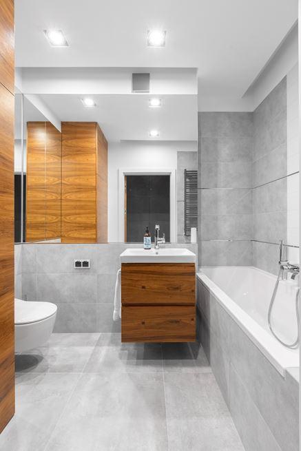 Szara łazienka plus drewno