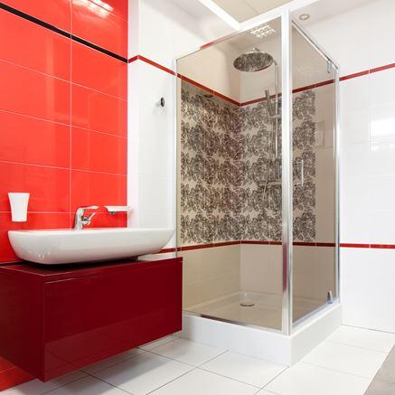Biało-czerwona łazienka z dekoracyjnymi płytkami