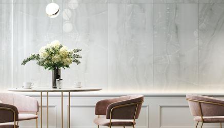 Ściana restauracyjna wykończona białą płytką z wzorem kamienia