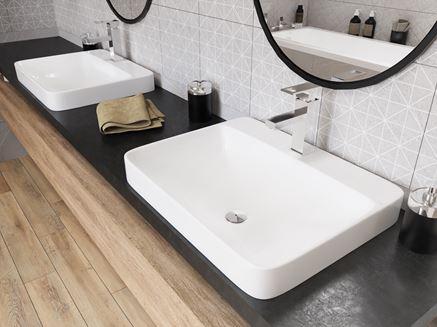 Połączenie bieli, czerni i brązu w przestrzeni umywalkowej