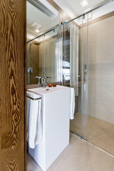 Wolnostojąca umywalka w małej łazience
