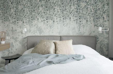 Detale romantycznej sypialni z zielonkawą tapetą