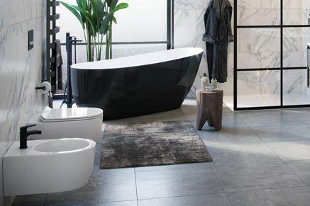 Piękna łazienka z czarną wanną wolnostojącą Comfort+