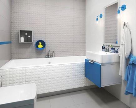 Jasna łazienka ze ścianą strukturalną