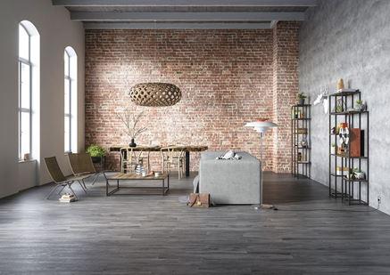 Aranżacja salonu z ceglaną ścianą i drewnianą podłogą