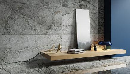Kamienna, szara ściana w salonie