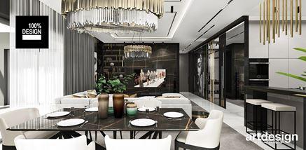 Stół jadalny między eleganckim salonem a kuchnią