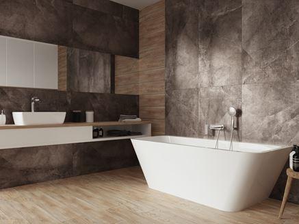 Łazienka z czarnymi płytami o wyglądzie kamienia i drewna