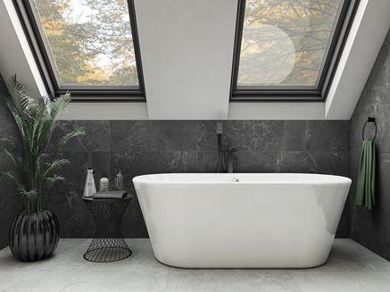 Szara łazienka na poddaszu z wanną wolnostojącą