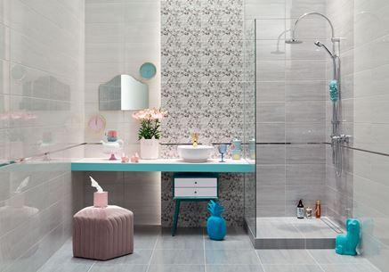 Łazienka w odcieniach szarości z ozdobną ścianą