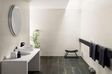 Przestronna biała łazienka z drewnianą podłogą