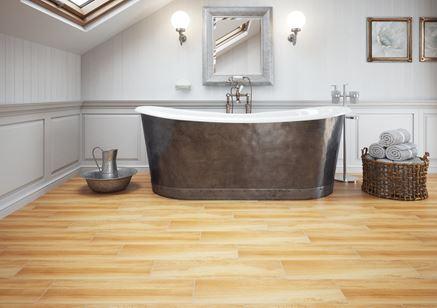 Stylowa wanna i drewniana podłoga w łazience