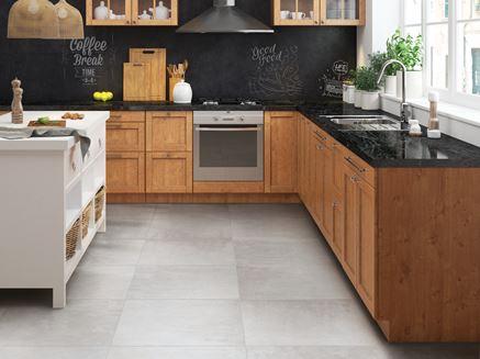 Kuchnia z betonową podłoga i zabudową w drewnie