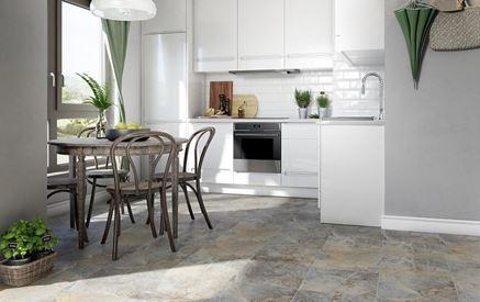 Biała kuchnia z kamienną podłogą