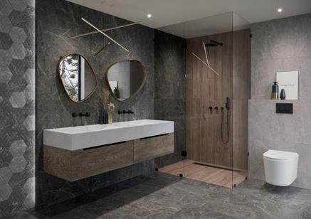 Aranżacja szarej łazienki z heksagonalną ścianą