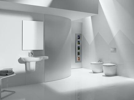 Aranżacja przestronnej łazienki w minimalistycznym stylu