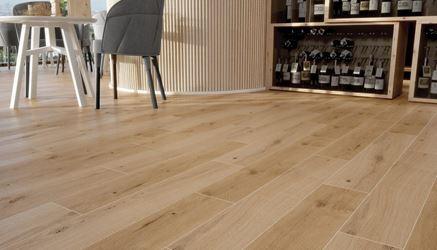 Restauracyjna podłoga z płytką drewnopodobną Opoczno Classic Oak