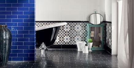 Łazienka z niebieskimi kaflami i patchworkową ścianą Tubądzin Barcelona