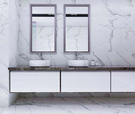 Łazienka w marmurowej bieli