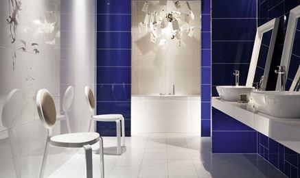 Biała łazienka z kobaltowymi elementami Tubądzin Berlin