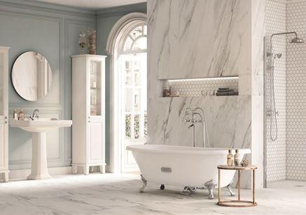 Klasyczna łazienka w białym marmurze