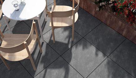Ogródek kawiarniany z kamienną podłogą