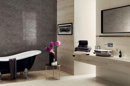 Łazienka glamour z ornamentową ścianą