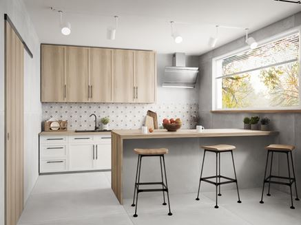 Szara kuchnia z oknem i drewnianą zabudową