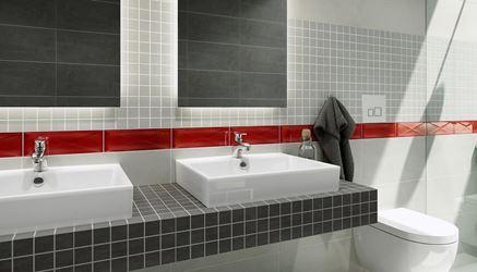 Szklane inserta zdobiące ścianę w łazience