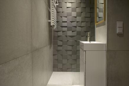 Przestrzenne płytki w małej łazience