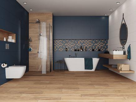 Aranżacja dużej łazienki w drewnie z granatowymi płytami
