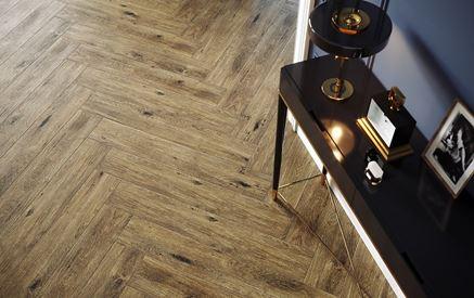 Podłoga wykończona płytą drewnopodobną w kolorze brązowym