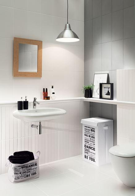 Biała toaleta z płytkami strukturalnymi
