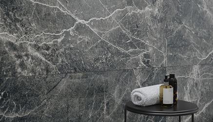 Detal grafitowej płytki o wyglądzie kamienia