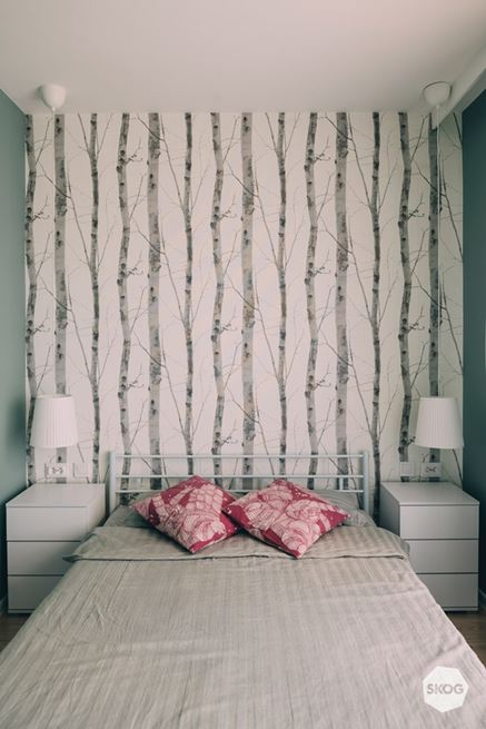 Sypialnia z tapetą w brzozy