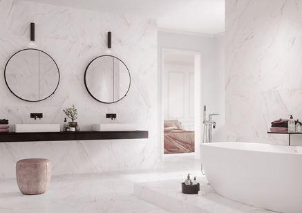 Łazienka wykończona białymi płytami z marmurem