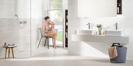 Aranżacja białej łazienki dla dwojga w kolekcji Azario Board