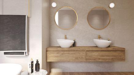 Jasna strefa umywalkowa w drewnie ze złotymi dodatkami
