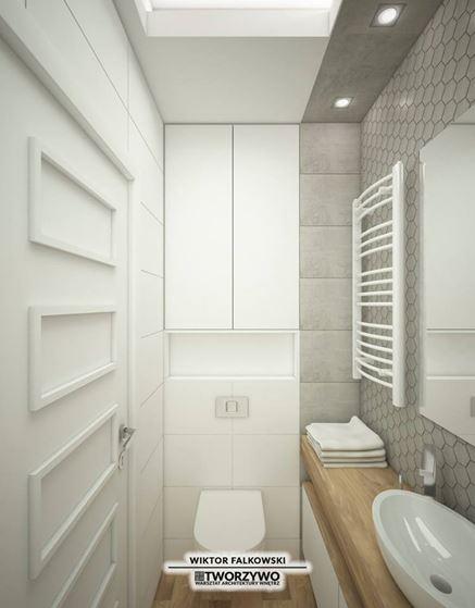 Praktyczna zabudowa meblowa nad stelażem w małej łazience