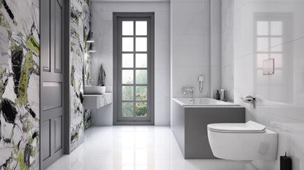 Jasna łazienka z ozdobną ścianą