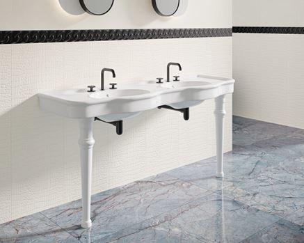 Klasyczna łazienka w bieli z marmurową podłogą