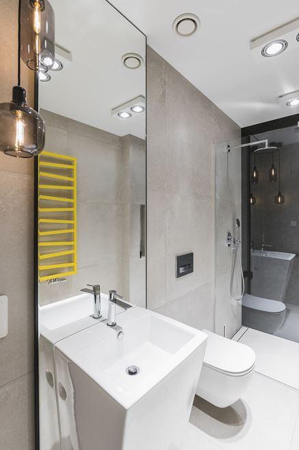 Łazienka z żółtym grzejnikiem