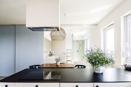 Biała kuchnia z czarnymi blatami