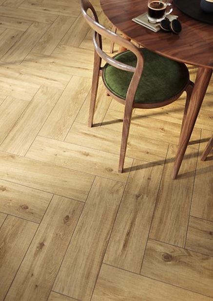 Salon z drewnianą podłogą