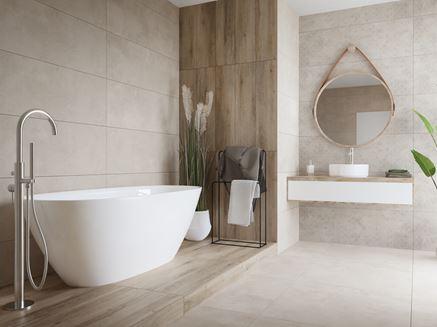 Jasna łazienka w drewnie z wanną wolnostojącą