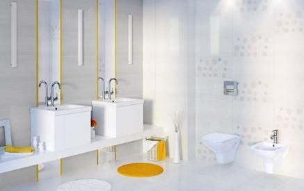 Białą łazienka ozdobiona żółtymi listwami i dekorami