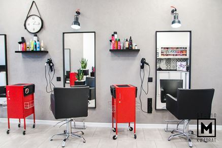 Stanowiska obsługi fryzjerskiej na tle betonowej ściany