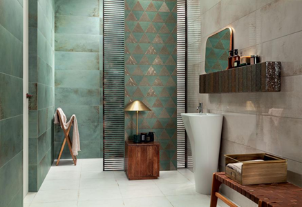 Zielona łazienka z pozłacanymi dekorami