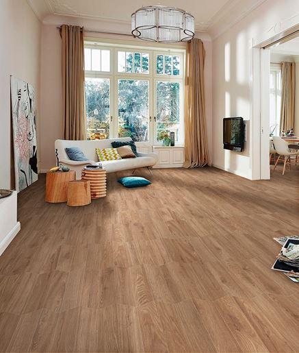 Ciepły salon wykończony drewnem