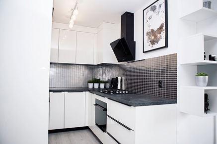 Biała kuchnia z metaliczną mozaiką